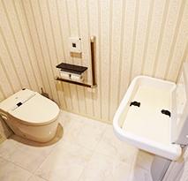 ベビーカーごと入れるトイレを完備